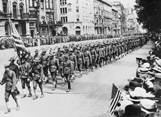 WW1: American troops parade in London right after the Armistice in November 1918.
