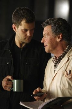 Great tv show. Peter and Walter Bishop, father and son. Fringe Tv Series, Fringe Tv Show, Sci Fi Series, Series Movies, Science Fiction, Walter Bishop, John Noble, Jj Abrams, Roman