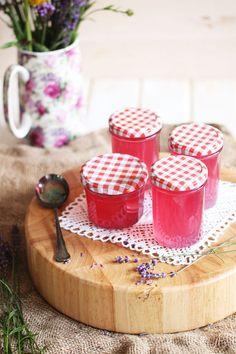 Lavendelgelee Einmal Sommer im Glas bitte! Der Duft, die Farbe, das Aroma… das kann nur Lavendel sein. Wenn deine nächste Reise in die Provence noch fern ist, dann sind alles, was du für das Frankreichfeeling zuhause brauchst: Lavendel, Sekt und Gelierzucker.  © Tanja Gehringer | Frau Zuckerstein