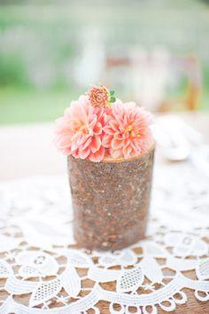 Rustikal konzipiertes Hochzeitsflair von Anmut und Sinn fotografiert von Anija Schlichenmaier Fotografie Blumen: Herr Wismayer für Blumen