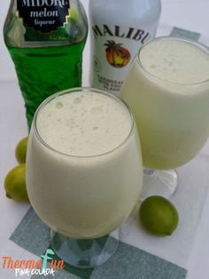 Thirsty Thursday – Pina Colada Recipe A thermomix pina colada! Quick delicious and will have you singing - If you like Pina Coladas and like dancing in the rain . Fun Drinks, Yummy Drinks, Yummy Food, Refreshing Cocktails, Alcoholic Beverages, Decadent Food, Thermomix Desserts, Thirsty Thursday, Cocktail Recipes