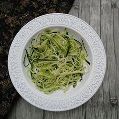 Espaguetis de calabacín con pesto de aguacate | Concucharaytenedor | Blog cocina