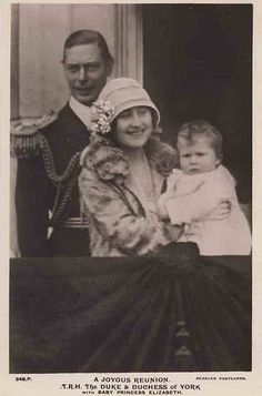 Duke and Duchess of York with daughter Elizabeth - the first appearance of the Queen on the balcony Royal Queen, Royal Princess, Queen Mary, Queen Elizabeth Ii, Baby Princess, Princesa Elizabeth, Princesa Diana, English Royal Family, British Royal Families