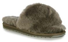 Kombinace pohodlí a tepla vám zajistí tyto stylové dámské pantofle od Emu Australia. Zabořte si nohy do teplého kožíšku a nechte je odpočinout po dlouhém dni! #different #emuaustralia #damskepantofle #domaciobuv Emu, Slippers, Australia, Shoes, Fashion, Moda, Zapatos, Shoes Outlet, Fashion Styles
