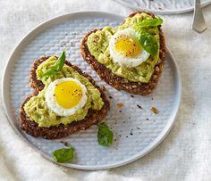 Avokádo je stále oblíbenější surovina v našem jídelníčku. Vyzkoušejte ho také. Avocado Toast, Food And Drink, Eggs, Breakfast, Morning Coffee, Egg, Morning Breakfast, Egg As Food