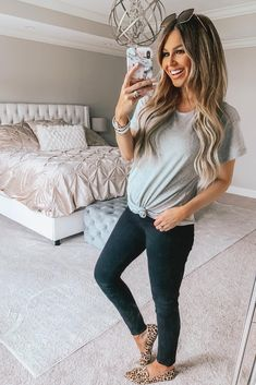 Maternity jeans that are actually comfortable first through third trimester worn by Hollie - Hollie Woodward AKA Hollie Woodward wears mid-rise skinny maternity jeans. The Honeymoon Mid Rise i - Cute Maternity Style, Casual Maternity Outfits, Maternity Skinny Jeans, Stylish Maternity, Cute Maternity Clothes, Cute Pregnancy Outfits, Maternity Styles, Maternity Looks, Maternity Leggings Outfit