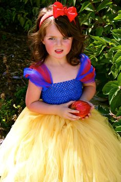 31 Halloween Costumes You Can Make Out of a Tutu: Once the dress-up box is pulled out, no doubt your kiddos go straight for the flouncy tutus, so why not turn their Halloween costume into a tulle-filled affair? Snow White Costume Kids, Snow White Tutu, White Costumes, Tutu En Tulle, Diy Tutu, Tulle Dress, Crochet Tutu Dress, Tulle Skirts, Dress Robes