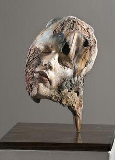 L'artiste Michelle Dickson a réalisé des auto-portraits en sculpture sur du bois flotté assez surréalistes.