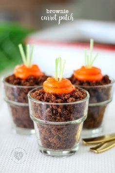 Carrots never looked so cute!! This Brownie Carrot Patch is a no-fail Easter dessert you'll make every single year. An adorable Brownie Carrot Patch inside of a little cup for spring or Easter! #Easter #Brownies #CarrotPatch