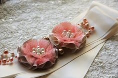 as a headband would be soo pretty Fake Flowers, Diy Flowers, Fabric Flowers, Flower Garlands, Beautiful Flowers, Ribbon Crafts, Flower Crafts, Fabric Crafts, Shabby Chic Flowers