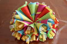 Easy and fun. A cone cake fries. Cute Snacks, Cute Food, Party Food And Drinks, Party Snacks, Kids Party Finger Foods, Kid Desserts, Party Trays, Ice Cream Party, Birthday Treats