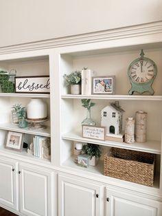 Styling Bookshelves, Decorating Bookshelves, Bookshelves Built In, Rustic Bookshelf, Bookcases, Built In Shelves Living Room, House Shelves, Shelf Ideas For Living Room, Living Room Bookcase