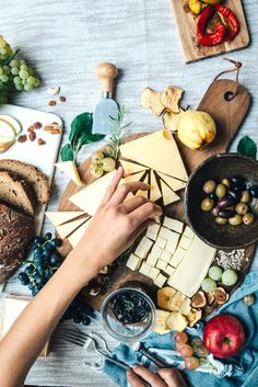 The Mediterranean Diet was just named the Best Overall Diet for 2018 by U. Here's everything you need to know about the benefits of the diet, along with what you can and can't eat on the Mediterranean Diet. Easy Diets To Follow, No Sugar Foods, Sugar Free Recipes, Fast Recipes, Kitchenaid, Mediterranean Diet, Chefs, Free Food, Meal Planning