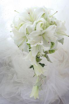 キャスケードブーケ 白のユリ数種で コンラッド東京様へ : 一会 ウエディングの花