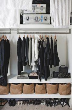 クローゼットをスッキリ見せるコツは、グループ分け。洋服、雑貨、靴ときれいに分かれているのでどこに何があるのかすぐに見つけられますね。