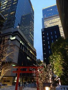 夕暮れ、日本橋の福徳(芽吹稲荷)神社。 http://mebuki.jp Mebuki Inari Jinja in Nihonbashi, Tokyo