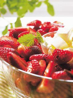 Balsamicosiirappia ja mansikoita   K-Ruoka Strawberry, Fruit, Food, Essen, Strawberry Fruit, Meals, Strawberries, Yemek, Eten