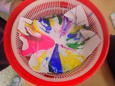 Pintura centrifugada con un escurridor de ensalada. pinta imagina