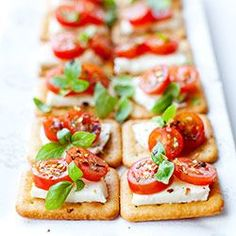 Mini kanapeczki z mozzarellą, pomidorkami, bazylią i płatkami chili   Kwestia Smaku