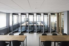 Mobile glass panel wall | Attaca