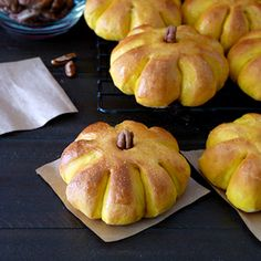 Wow your dinner guests this Thanksgiving with these adorable Pumpkin Dinner Rolls!