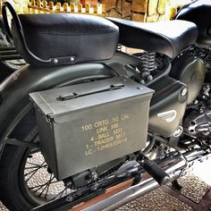 Cafe Racer Style, Cafe Racer Bikes, Motorcycle Luggage, Motorcycle Gear, Old Bullet, Bullet Bike Royal Enfield, Military Fashion, Military Style, Royal Enfield Modified