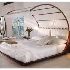 A wonderful bed designed by Mauro Bertame' along Feng Shui principles. The base of the bed is very low (Feng Shui recommendation); Home Design, Design Ideas, Design Concepts, Design Inspiration, Feng Shui Bett, Home Interior, Interior Design, Modern Interior, Modern Sofa