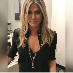 Discover latest Celebrities trends, Jennifer Aniston inspration, style and other ideas to try. Get updated with all Jennifer Aniston news and latest articles including celebrities, fashion, hot trends and much more! Jennifer Aniston Style, Jennifer Aniston Hair Color, Jeniffer Aniston, Corte Y Color, Cooler Look, Mode Inspiration, Girl Crushes, Celebrity Style, Hair Cuts