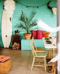 BEACH HOUSE | O tom aguado da parede caracteriza o clima de casa de praia. Pontue a decoração com  algumas cores vibrantes e pronto. Está feita a decoração de verão! #inspiracao #decoracao #verao #DIY #ficaadica #SpenglerDecor