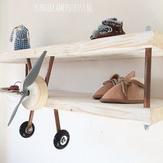 Vliegtuig wandplank | via kinderkamerstylist.nl
