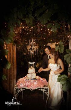 tobeadored san jose wedding photographer bride and groom cutting their cake at the Heirloom Inn, Ione