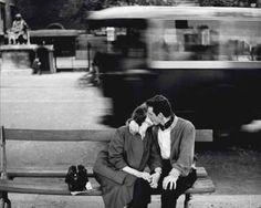 """Questo è Paris"" (1954), fotografia de Gianni Berengo Gardin. Veja também: http://semioticas1.blogspot.com.br/2014/03/flagrantes-de-cartier-bresson.html"