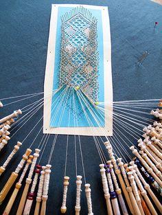 making lace Fabric Yarn, Fabric Crafts, Antique Lace, Vintage Lace, Circle Loom, Yarn Bracelets, Bobbin Lacemaking, Bobbin Lace Patterns, Lace Curtains