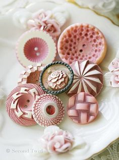 BOTONES- My favourite kind of vintage buttons - buffed celluloid. Love these pinky cream and whites. Vintage Pink, Vintage Buttons, Vintage Love, Vintage Ideas, Button Cards, Button Button, Mode Rose, Deco Rose, Passementerie