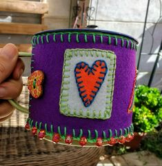 Funda tazón enlozado con corazón bello!!! Diseño exclusivo @chicoca_deco #bordado #pañolenci #corazon #tazon #hechoamano Deco, Planter Pots, Plant Pots, Cases, Hearts, Hand Made, Needlepoint, Dressmaking, Decor