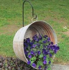 Flower Gardening 75 Cheap and Easy Front Yard Curb Appeal Ideas - Prudent Penny Pincher - Make your home eye-catching with these creative front yard DIY ideas that will improve your curb appeal without too much money or effort. Landscaping With Rocks, Backyard Landscaping, Landscaping Software, Cheap Landscaping Ideas For Front Yard, Back Yard Decorating Ideas, Curb Appeal Landscaping, Front Yard Ideas, Inexpensive Landscaping, Florida Landscaping