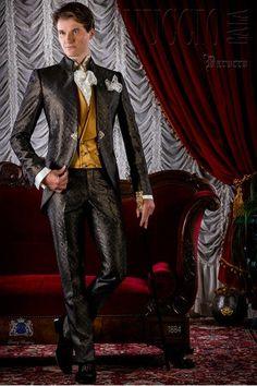 Traje de época modelo redingote brocado gris y dorado con broche cristal  dorado. Traje de novio 1884 Colección Barroco Ottavio Nuccio Gala. f72e8aefa75