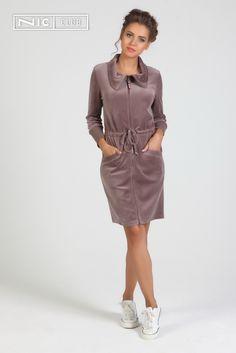 Халат полуприлегающего силуэта, до колен, застегивается на молнию. На талии — кулиска с завязками. Втачные рукава длиной ¾ на широкой манжете. Широкий воротник украшен стразами. Day Dresses, Dresses For Work, Girl Hijab, Dress With Cardigan, Aesthetic Clothes, Nightwear, Active Wear For Women, Sportswear, Plus Size