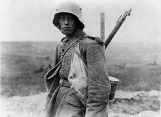 Un soldato tedesco sul fronte occidentale con indosso lo Stahlhelm
