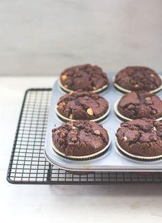 Rezept für leckere, saftige und ganz klassische Schoko-Muffins mit extra viel Schokolade von moeyskitchen.com