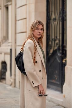 See all the best street style looks we're spotting at Paris Fashion Week for the fall/winter 2020 shows. Uk Fashion, World Of Fashion, Paris Fashion, Fashion Trends, Autumn Street Style, Street Style Looks, Street Style Women, Cool Street Fashion, Who What Wear