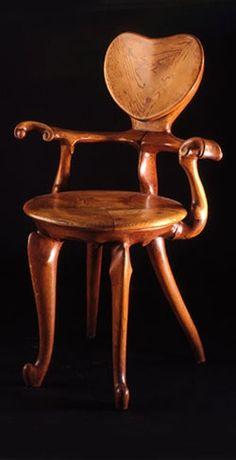 """Al momento de diseñar muebles, Gaudí pensaba primero en el usuario y en su esqueleto: el mueble debía ajustarse perfectamente a su cuerpo para que fuera perfecto.Los muebles de Gaudí parecen haber sido fabricados con elementos maleables, blandos. Son sus curvas y sus formas """"naturales"""" las que dan esa impresión.Sin dudas, un genio."""