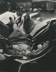 I had no idea that there were several people that attempted to jump from the Empire State Building. I was shocked when I found this photograph to be true. Actress Evelyn McHale, after jumping off the Empire State Building, NYC, Photo by Robert Wiles Empire State Building, Post Mortem, Rare Historical Photos, Foto Art, Interesting History, Andy Warhol, Life Magazine, Magazine Titles, How To Take Photos
