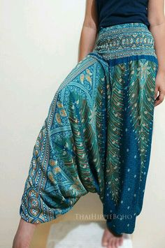 Elegant Peacock Feather Boho Harem Pants Hippy Hippie / Aladdin Pants/ Genie Pants (Teal) Up to discount plus free shiiping on all order. Get the best yoga pants and workout leggings in the market at afordable prices! Gypsy Style, Hippie Style, Bohemian Style, Bohemian Pants, Hippie Pants, Pretty Outfits, Cute Outfits, Aladdin Pants, Différents Styles