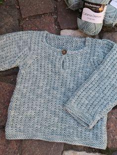 Baby/barntröja med enkelt ytmönster Baby Boy Knitting, Baby Knitting Patterns, Baby Sewing, Crochet Baby Cardigan, Knit Crochet, Baby Barn, Textiles, Crochet For Kids, Free Pattern