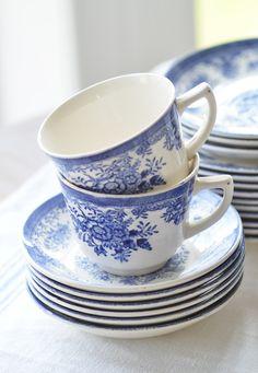 Bilderesultat for egersund porselen Scandinavian Cottage, Blue And White China, Navy Blue, Bone China Dinnerware, Kitchenware, Tableware, Country Blue, White Dishes, Beautiful Kitchens