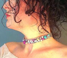 Gargantilla de terciopelo gris precioso, adornado con cuentas de efecto perla, color plateado y otros granos coloridos.  Fabuloso para una boda.  Feliz en longitudes diferentes bajo pedido, sin embargo diseño puede variar.  Viene presentado en la tarjeta.  Para ajustarse al tamaño de cuello 11-13 pulgadas