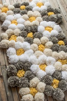 How to Make a Pom Pom Rug the Easy Way – It's SO Fluffy! A tips and tricks tutorial for making a pom pom rug really fast! We give details about what pom pom rug backing to use, how to clean a pom pom rug, and how to make pom poms the right way so. Pom Pom Crafts, Yarn Crafts, Home Crafts, Diy And Crafts, Decor Crafts, Diy Pom Pom Rug, Easy Craft Projects, Yarn Projects, Tapetes Diy