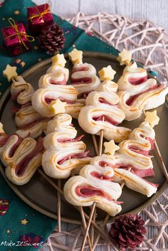 Hearty fir tree recipe – finger food for Christmas – MakeItSweet.de – A simple … Hearty fir tree recipe – finger food for Christmas – MakeItSweet.de – A simple recipe for hearty fir trees as finger food for Christmas. These consist of puff pastry and – Christmas Finger Foods, Christmas Tree Food, Christmas Appetizers, Christmas Desserts, Berry Smoothie Recipe, Easy Smoothie Recipes, Appetizer Recipes, Snack Recipes, Menu Dieta