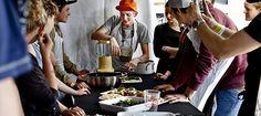 FoodJam, Roskildefestival. Deltagerne i foodjam er sammen i hold af 25 om at tilberede og spise mad.